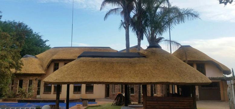 bou van nuwe grasdak - Thatch Roof Designs