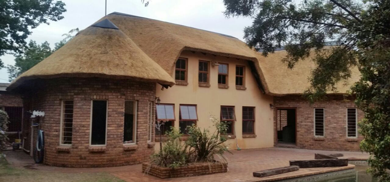 Building Of New Thatch Roofs Lapa Grasdak Strip And Re Thatch Thatch Roof Thatch Roof Repairs Thatched Roof Extensions